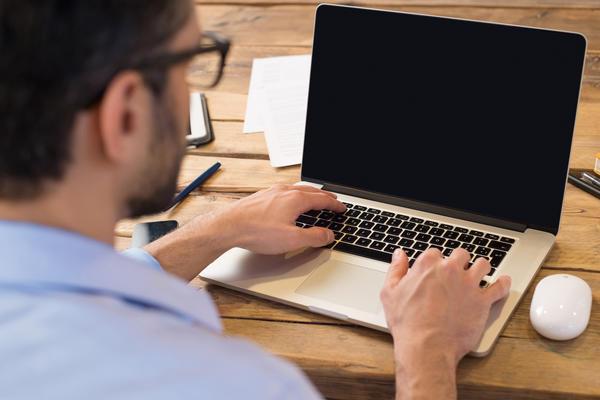 man_working_on_laptop640x400